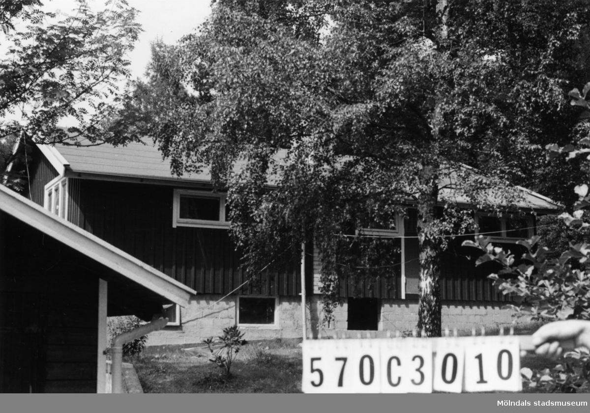 Byggnadsinventering i Lindome 1968. Dvärred 2:78. Hus nr: 570C3010. Benämning: fritidshus, redskapsbod och garage. Kvalitet, fritidshus och garage: mycket god. Kvalitet, redskapsbod: god. Material: trä. Tillfartsväg: framkomlig. Renhållning: soptömning.