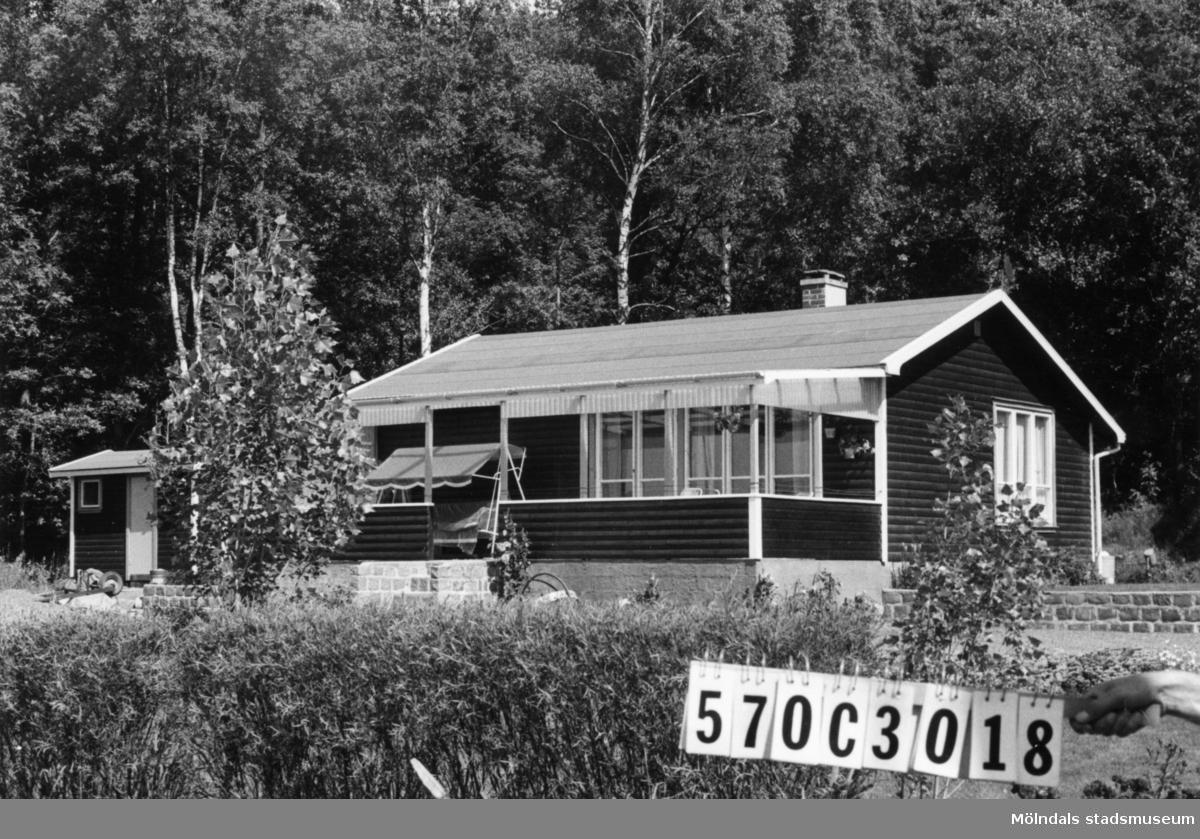 Byggnadsinventering i Lindome 1968. Dvärred (2:7). Hus nr: 570C3018. Benämning: fritidshus. Kvalitet: mycket god. Material: trä. Tillfartsväg: framkomlig.