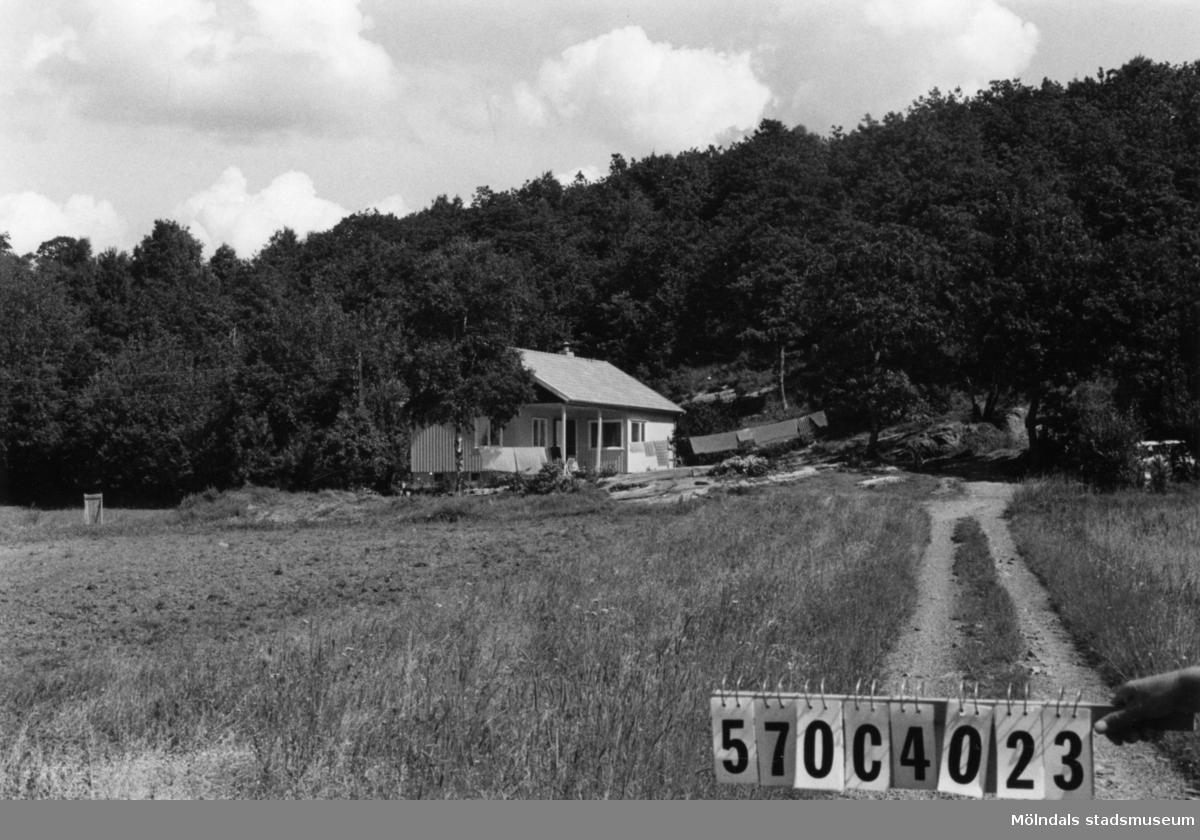 Byggnadsinventering i Lindome 1968. Dvärred 2:38. Hus nr: 570C4023. Benämning: permanent bostad. Kvalitet: mycket god. Material: trä. Tillfartsväg: framkomlig. Renhållning: soptömning.