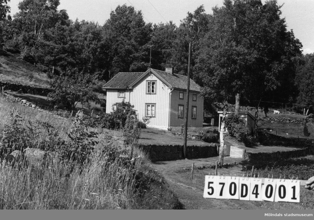 Byggnadsinventering i Lindome 1968. Annestorp 3:11. Hus nr: 570D4001. Benämning: permanent bostad, redskapsbod och garage. Kvalitet, bostadshus och redskapsbod: god. Kvalitet, garage: mindre god. Material: trä. Tillfartsväg: framkomlig. Renhållning: soptömning.