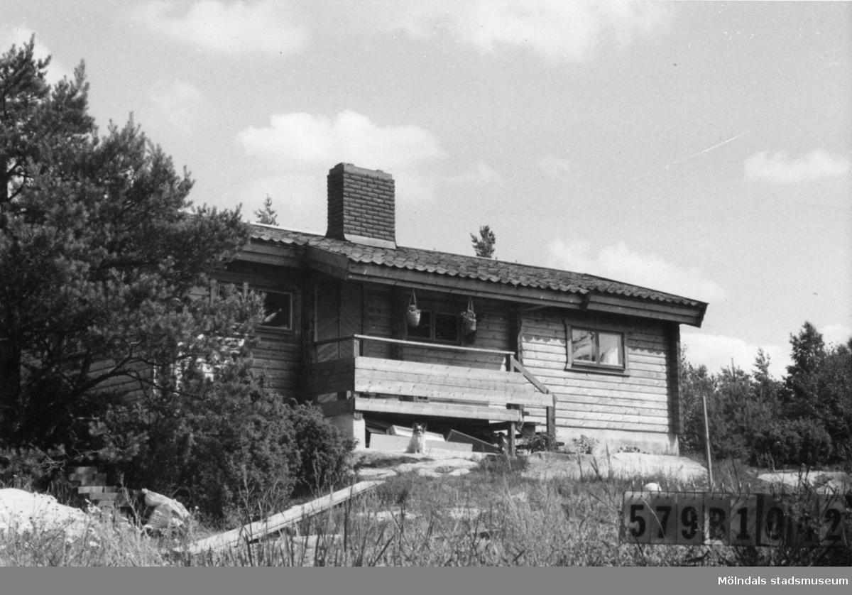 Byggnadsinventering i Lindome 1968. Lindome 6:66. Hus nr: 579B1042. Benämning: fritidshus och gäststuga. Kvalitet: mycket god. Material: trä. Övrigt: ett vackert, väl anpassat hus. Tomten ej planerad. Tillfartsväg: framkomlig. Renhållning: soptömning.