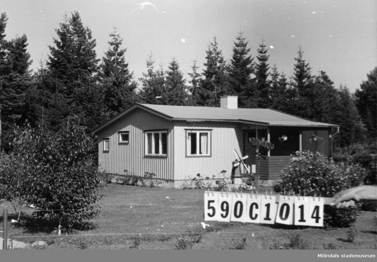 Byggnadsinventering i Lindome 1968. Hällesåker 3:75. Hus nr: 590C1014. Benämning: fritidshus. Kvalitet: god. Material: trä. Tillfartsväg: framkomlig. Renhållning: soptömning.