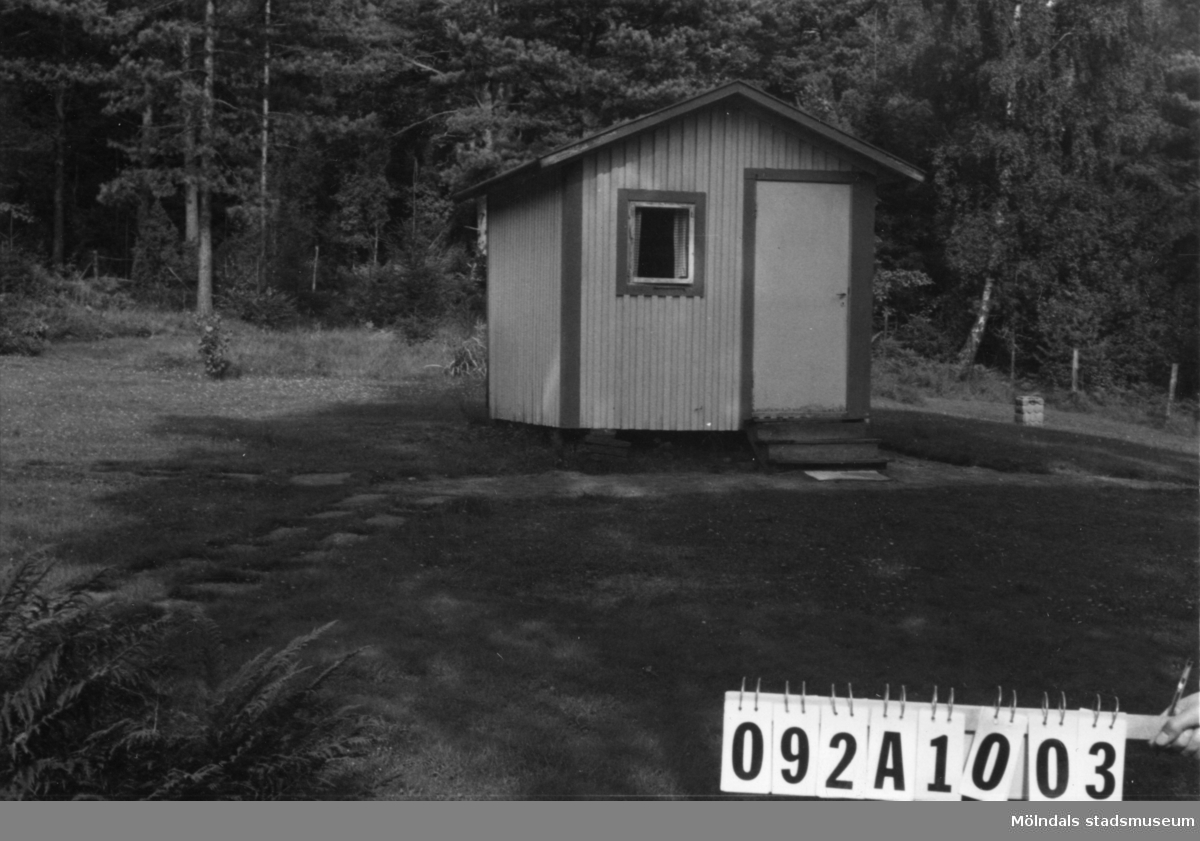 Byggnadsinventering i Lindome 1968. Greggered 1:35. Hus nr: 092A1003. Benämning: fritidshus och redskapsbod. Kvalitet: mindre god. Material: trä. Övrigt: skithus på fin strandtomt. Tillfartsväg: framkomlig.
