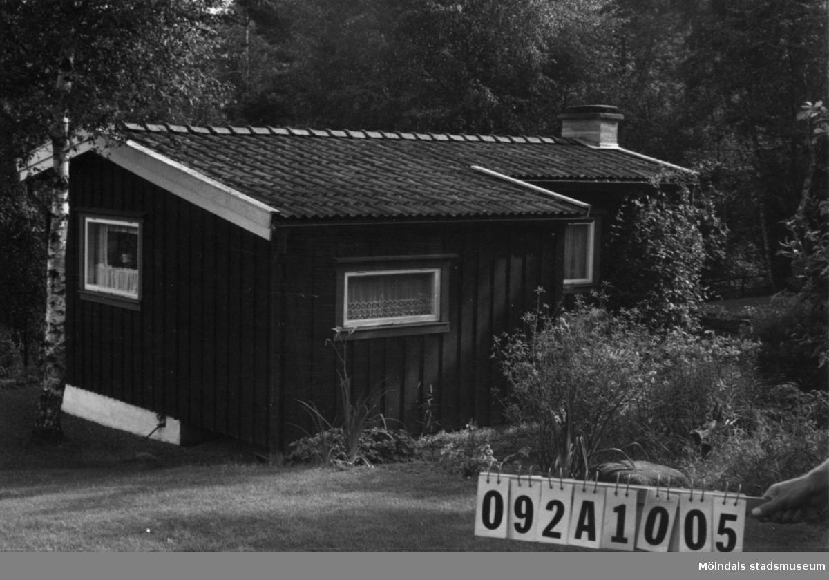 Byggnadsinventering i Lindome 1968. Greggered 1:44. Hus nr: 092A1005. Benämning: fritidshus och redskapsbod. Kvalitet: mindre god. Material, bostadshus: trä, masonite. Material, redskapsbod: trä. Tillfartsväg: framkomlig. Renhållning: soptömning.