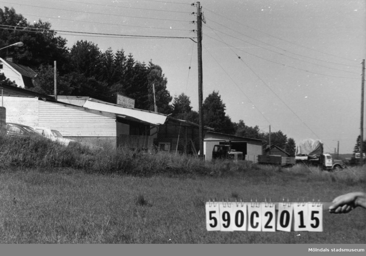 Byggnadsinventering i Lindome 1968. Hällesåker 3:19, 3:68. Hus nr: 590C2015. Hällesåkersstugan. Benämning: fabrik och lager. Kvalitet: god. Material: trä, sten. Tillfartsväg: framkomlig.