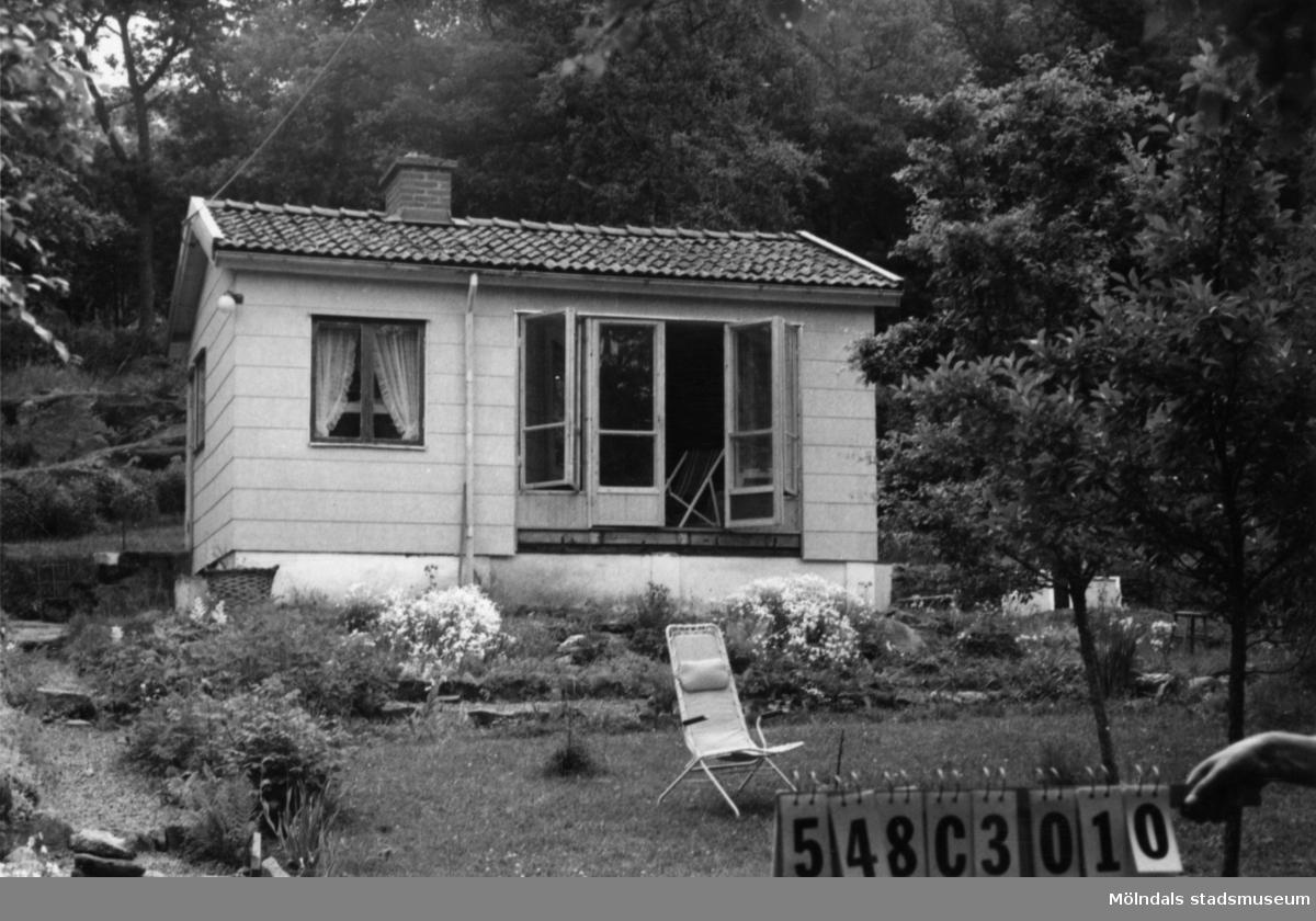 Byggnadsinventering i Lindome 1968. Kimmersbo 1:34. Hus nr: 548C3010. Benämning: fritidshus och redskapsbod. Kvalitet, bostadshus: god. Kvalitet, redskapsbod: mindre god. Material, bostadshus: eternit. Material, redskapsbod: trä. Tillfartsväg: framkomlig. Renhållning: soptömning.