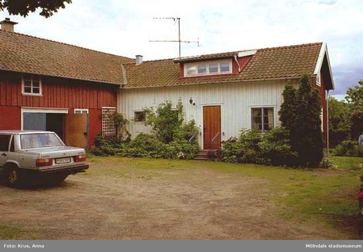 Boningshus med lada/f.d snickeri sett från sydväst.