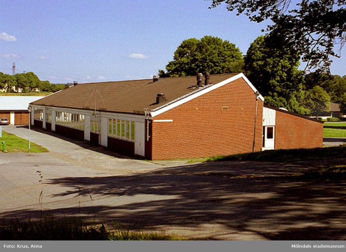 Tuleboskolan mot nordväst. Tuleboskolan är byggd på platsen för jordbrukets vagnbod där vagnar, kärror, plogar, harvar m.m förvarades.