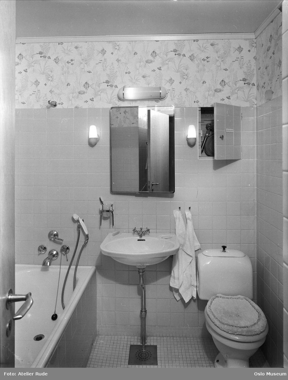 Interiør, baderom, vaskeservant, badekar, toalett, skap, fliser ...