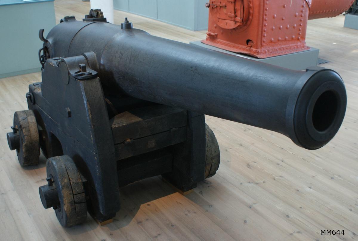12-pundig kammarladdningskanon av Wahrendorffs modell, av järn, med 4-rull.lavett, av trä. Kanonens gjut. nr 284. Kanonen tillverkad vid Åkers styckebruk år 1845. Tillbehör (se 643:1-9): 1st siktkorn, 1 st uppsättningsstång, 1 st uppsättningsskruv, 1 st mynningspropp, 1 st laddtyg, 1 st borstviskare, 1 st slaglås, 1 st låskapell, 4 st lunsar.