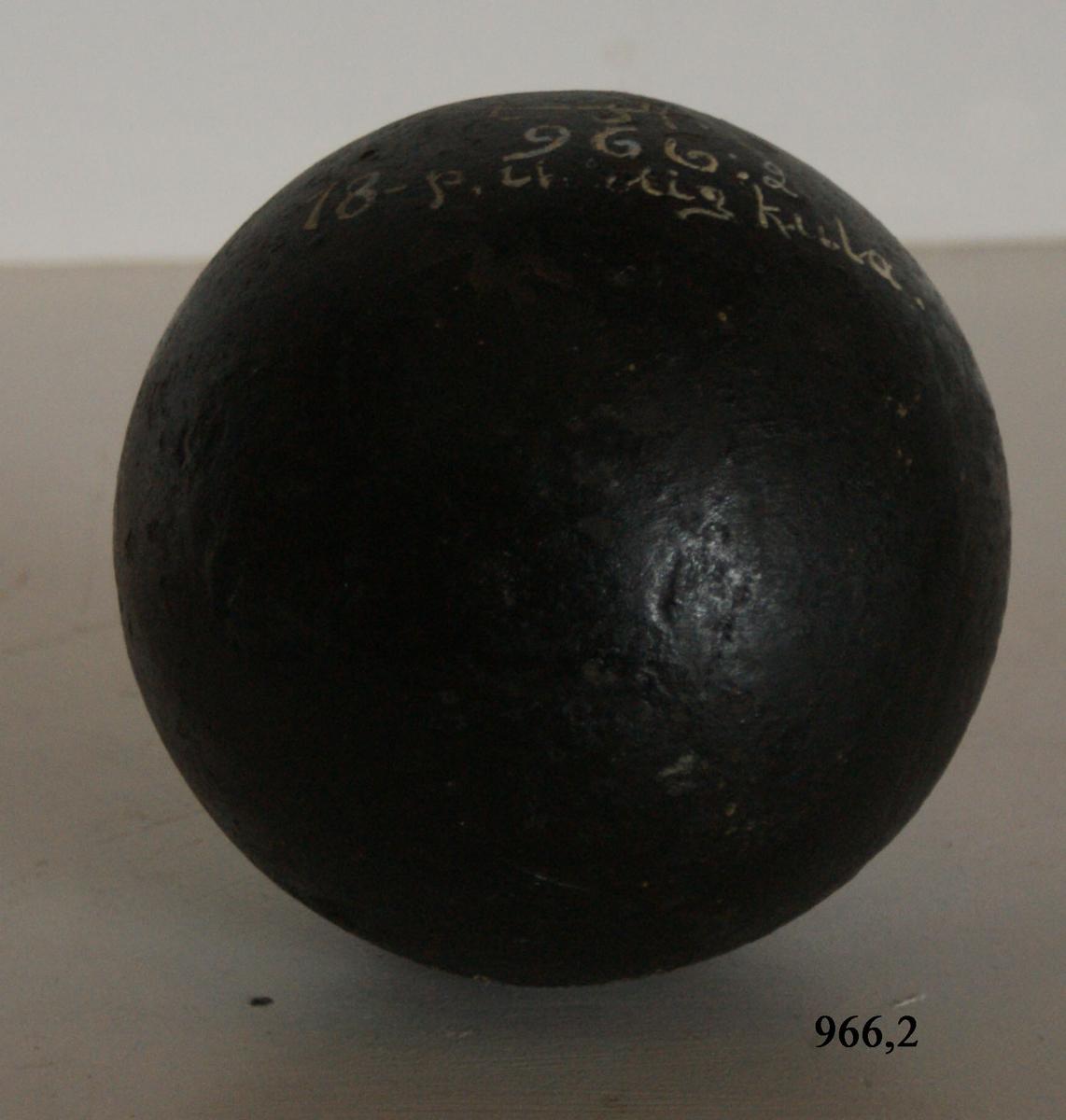 18-pundig ihålig kula, av gjutjärn.