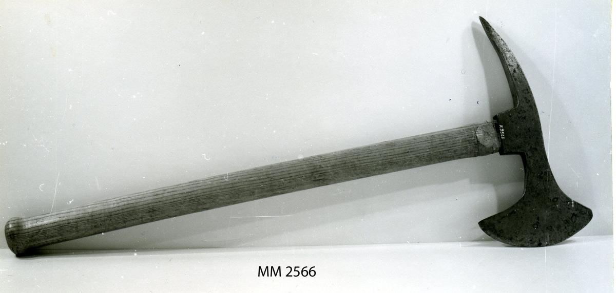Änterbila modell 1849, av järn, med skaft av trä, fernissat.