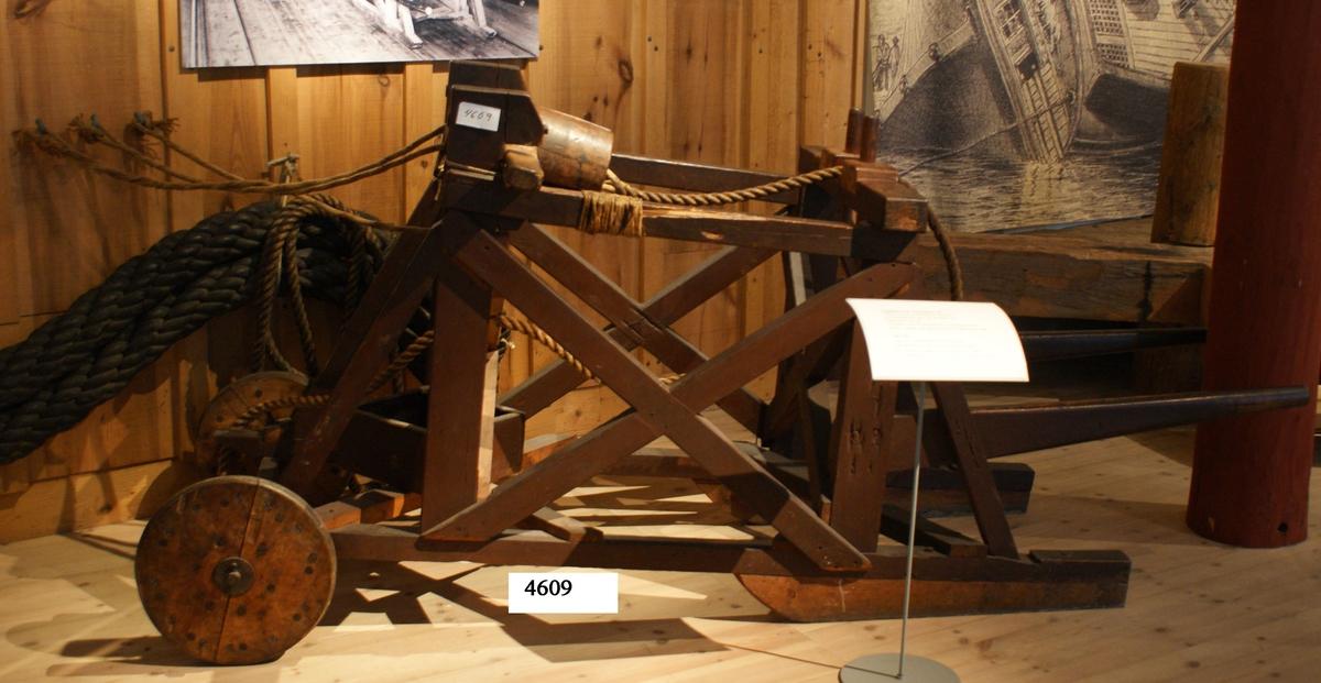 Toppsläde av trä för slagning av tågvirke. På överkanten av släden ledare för tågvirket, bestående av två stycken runda, lösa pinnar av trä, nedsatta på vardera sidan av en fördjupning i släden. därefter går tågvirket igenom slaghuvudets tre spår, vilket gör, att detsamma blir treslaget. Släden flyttbar, som kärra på två hjul av trä, lagrade på axel av järn. På släden är fastsatt fyrkantig låda av trä till talg för infettning av genomgångar för tågvirket. släden är delvis brunmålad.