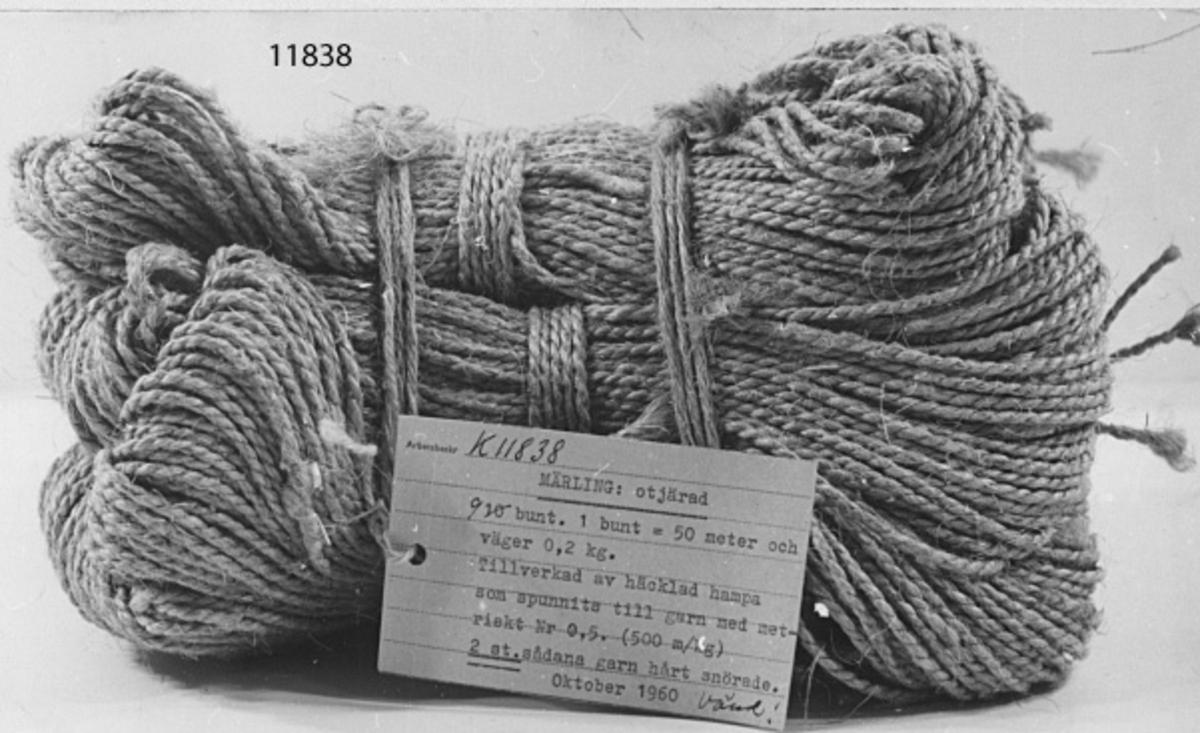 Maskinskriven text å vidhängande etikett: Märling, otjärad. 9 buntar. 1 bunt= 50 m. och väger 0.2 kg. Tillverkad av häcklad hampa, som spunnits till garn med metriskt nr. 0.5 (500 m/kg). 2 st. sådana garn hårt snörade. Oktober 1960.