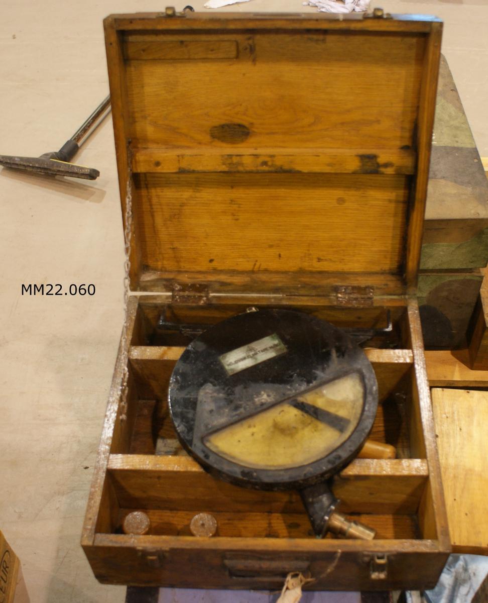 Höjdvinkelmätare m/30 av metall. I förvaringslåda av trä. Mätaren har använts vid artillerieldledning. Dimensioner avser förvaringslåda. SSS 218.