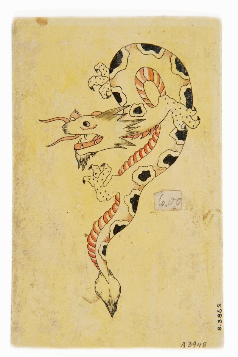 """Tatueringsförlaga. Slingrande drake med svarta fläckar och rödvit buk.  """"Ett motiv som kunde signalera att sjömannen var berest. Draken har i Kina och Japan en positiv laddning och förknippas med mod. I Japan är draken också förknippad med vatten.""""  Text från appen """"Tatuera dig med Sjöhistoriska"""" som gjordes i samband med utställningen Tro, hopp och kärlek 2012."""