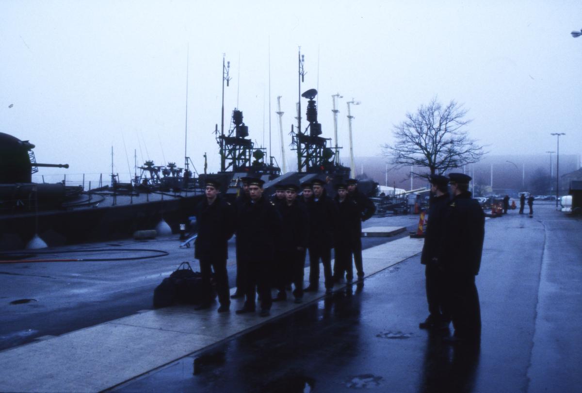 Fartyg: VÄSTERVIK                      Bredd över allt 7,1 meter Längd över allt 43,6 meter  Byggår: 1974 Varv: Kockums i Karlskrona Övrigt: Dokumentation av robotbåten Västervik utförd 1997. Besättningen lämnar nu HMS Västervik