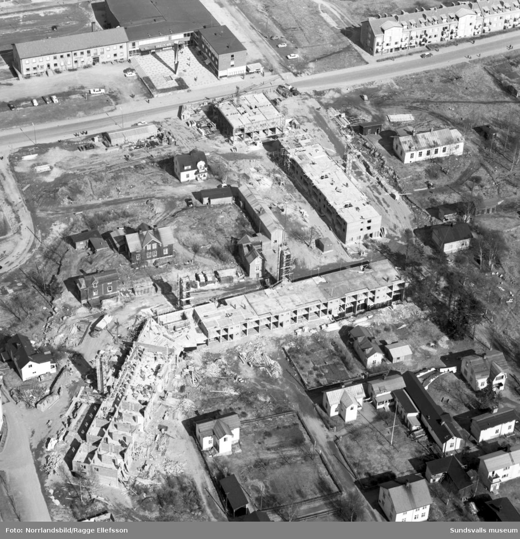 Flygfoton över rivningskvarter och nybyggnationer i Skönsbergs centrum. Höghuset är påbörjat.