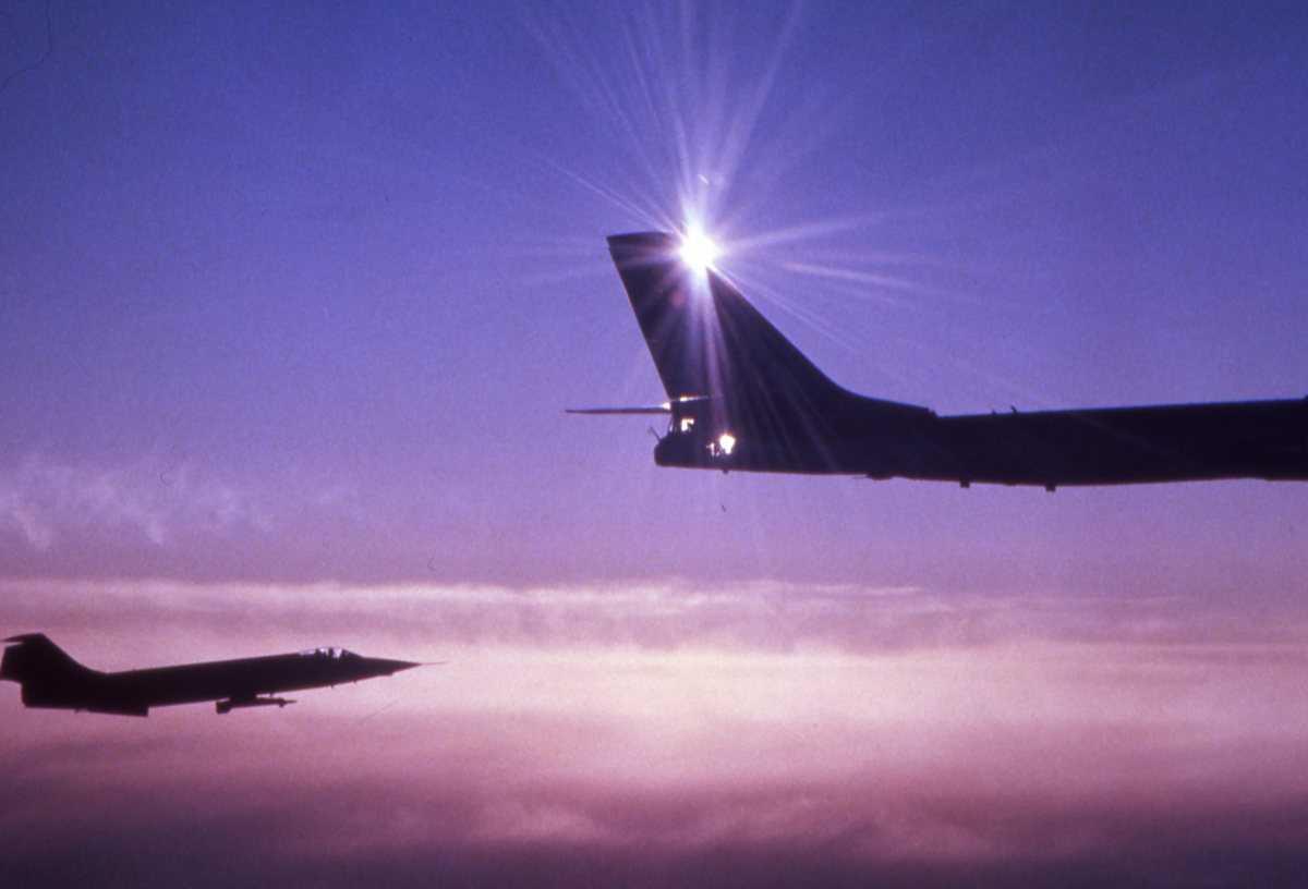 Russisk fly av typen Bear C og en norsk F-104G Starfighter i bakkant av bildet.