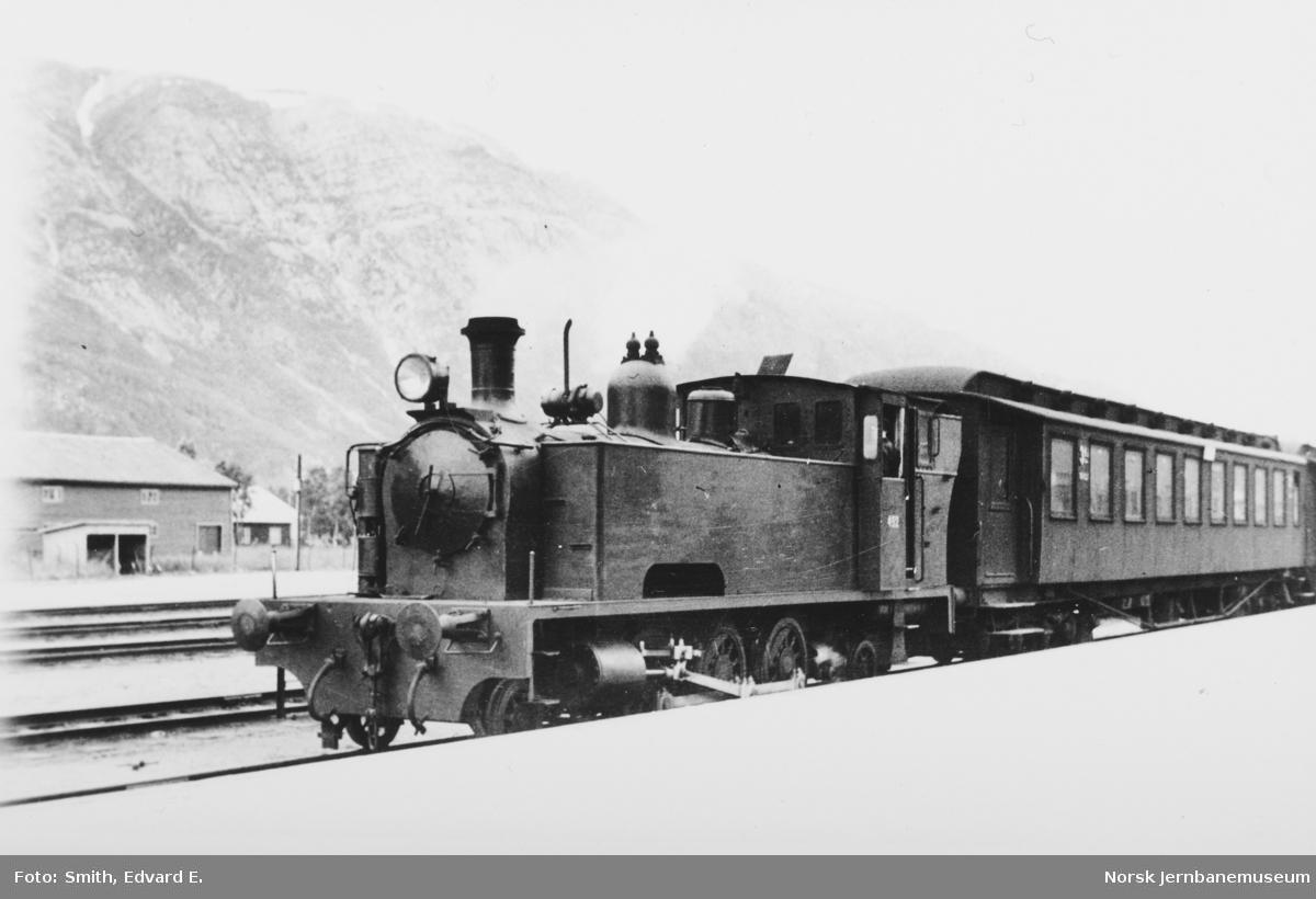 Damplokomotiv type 54a nr. 492 foran tog på Mosjøen stasjon