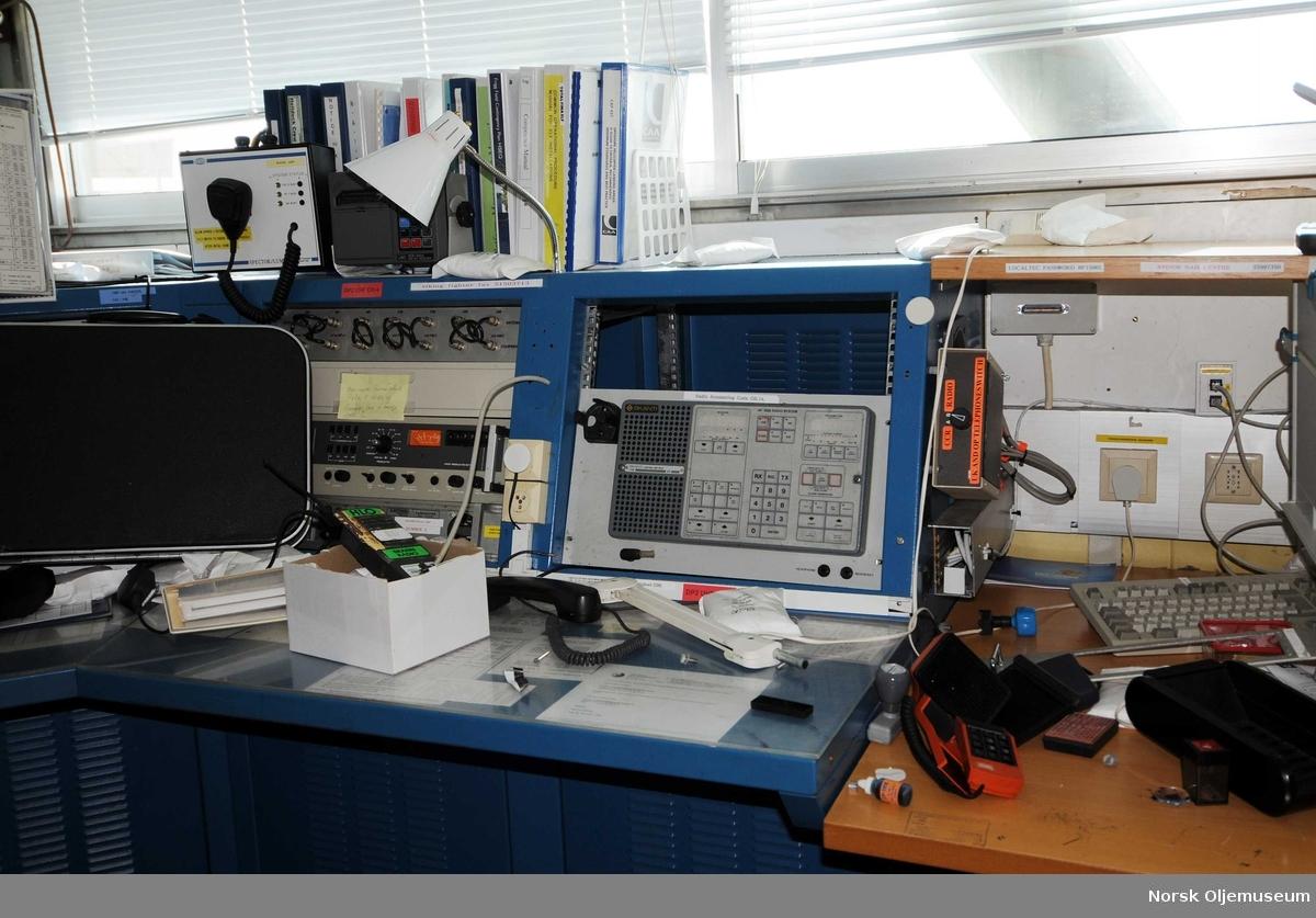 Radiorom med utstyr fotografert på Stord under demontering/opphogging av QP-plattformen.