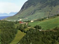 Flyfoto av Ekra, med Solheim og Fagerheim på Hardbakken i ba