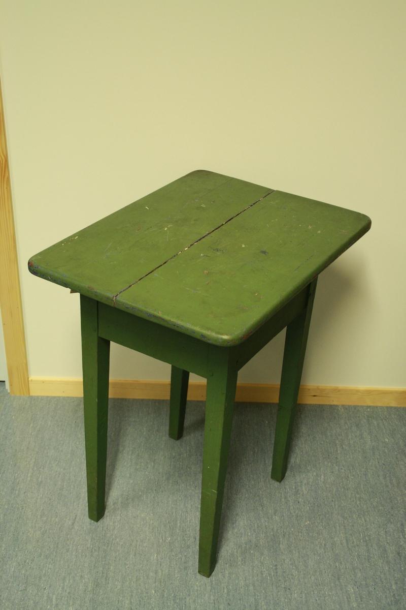 Enkelt bord. Grønmålt, ein ser at bordet har vore blått tidlegare. Bordplata er samansett av to plankar og har tydeleg sprekk i midten.