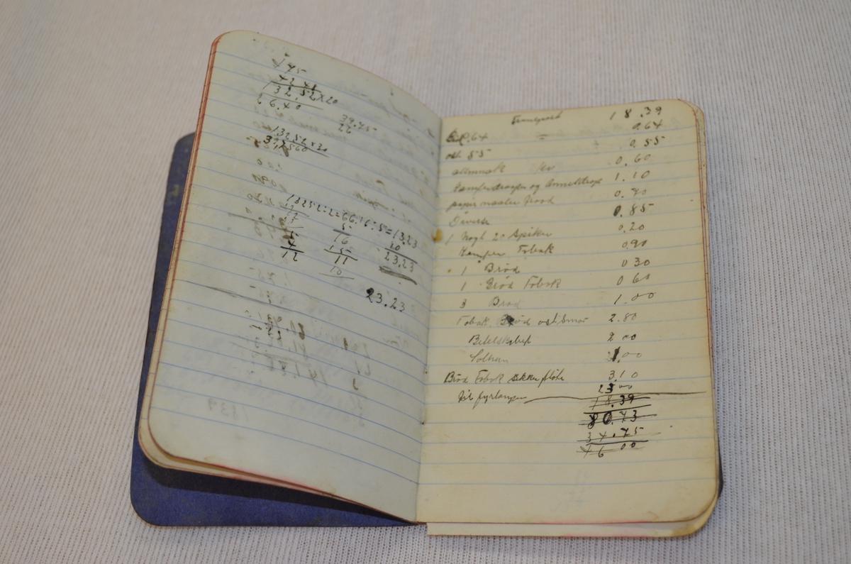 Lita svart notatbok der permen er i vulkanfiber som ofte vart nytta i koffertar. Boka innheld for det mest reknskap av ymse slag.