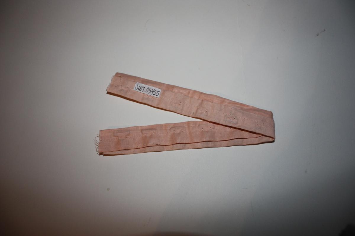 To linningar med hekter. Til reparasjon av undertøy. Vart selt frå butik som metervare.