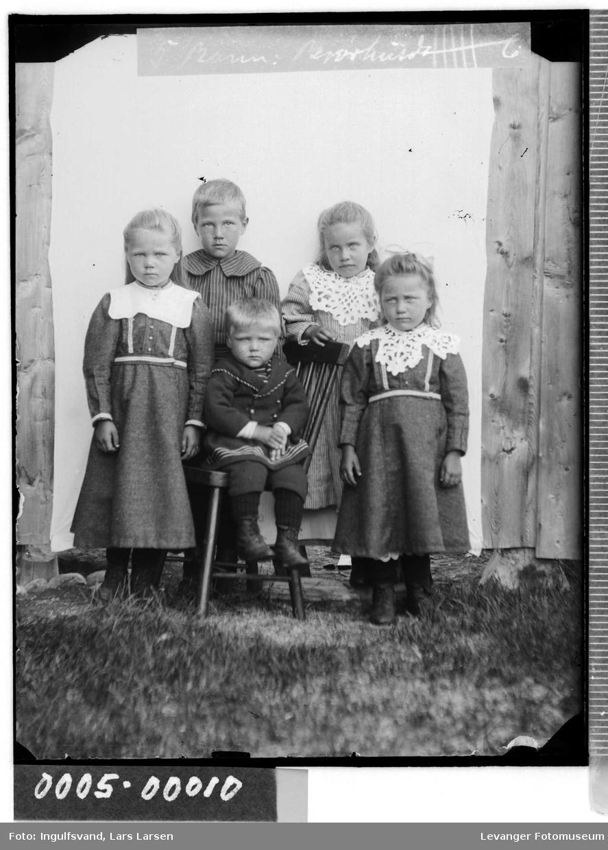 Gruppebilde av tre søsken.