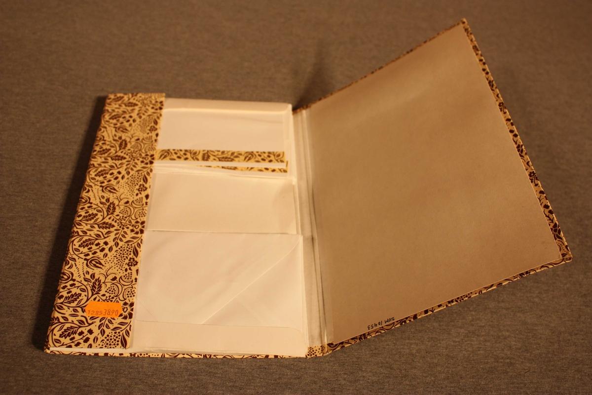 Mappe med kort og konvoluttar. Dobbelkort med dekorasjonstripe i same mønster som mappa. 2 kort, 20 konvoluttar.