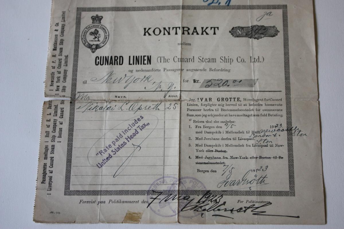 Kontrakt underskriven 7/5 1923 mellom Nikolai L. Opseth og Ivar Grotle/Cunard Linien, for reise 9/5 med dampbåt på mellomdekk frå Bergen til London, tog frå London til Newcastle og dampskip på mellomdekk derifrå til New York. Reisa kosta 520,- norske kroner. Bak på billettten/kontrakten er opplysningar på norsk og engelsk om rettigheiter og plikter undervegs (kost og logi, forseinkingar, bagasje m.m.). I tillegg er det referert til norsk lov om personar som er nekta innvandring til de Forenede Stater i USA, mellom andre Sindssyge eller Idioter, Mormoner, Olldinge, Krøblinge eller Vanskabte, ugife Kvinder som medbringe uægte Børn.  Billetten låg bretta i ei avlang, orange omslagsmappe. På den eine sida er det skrive Recomentattion Certificate, i bretten på hi sida er det skrive og seinare overstreka Income tax - 1942 - 1943