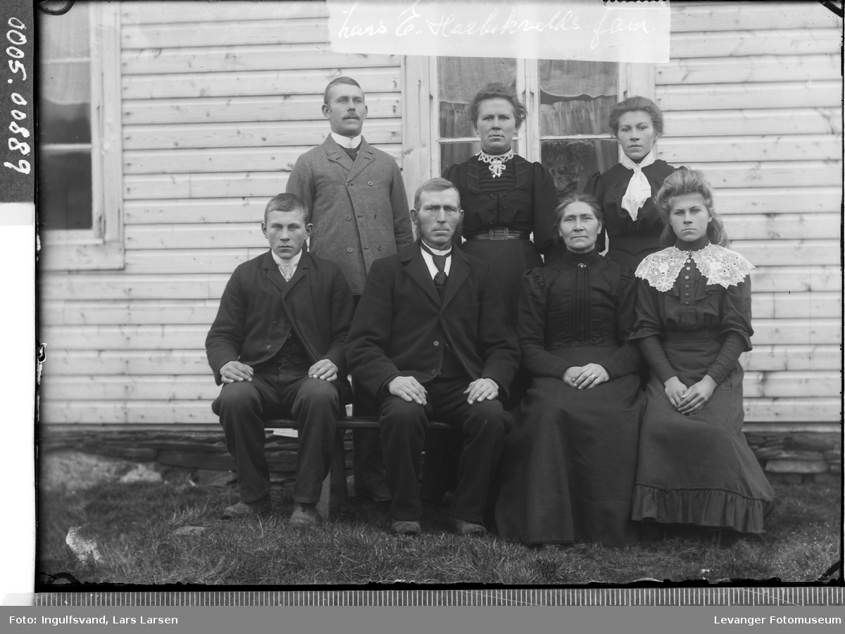 Gruppebilde av fire kvinner og tre menn.