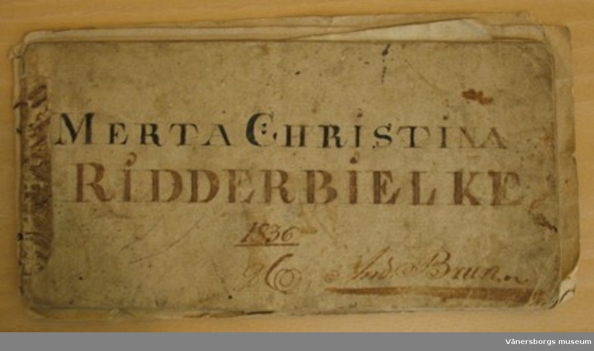 Handskriven mönsterbok, på pärmen står skrivet: Märta Christina Riddarbielke1836 g. A. Brun.