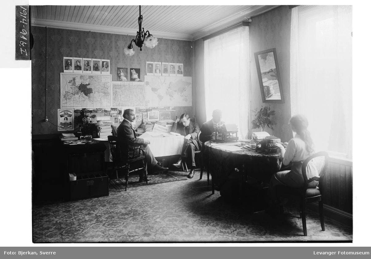 Kr. L.C. Klitteng i avisredaksjonen med ukjente personer