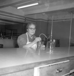 Elsa Brandt i labbet på Utsiktens bryggeri
