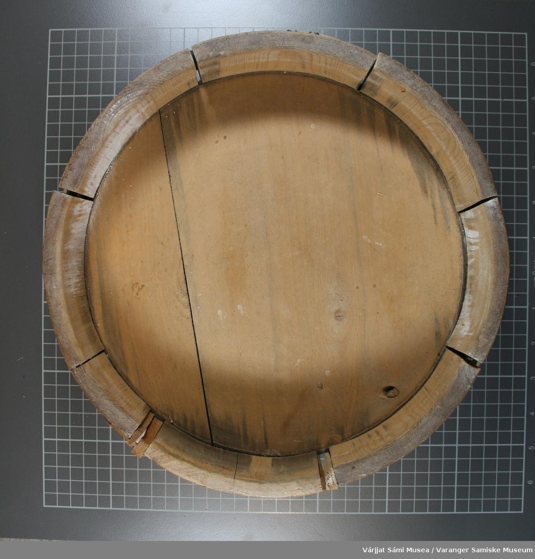 Et rømmekollefat av tre, består av 8 deler + bunn og 2 bånd. Fatets deler har begynt å løsne og er satt trekiler mellom leddene.
