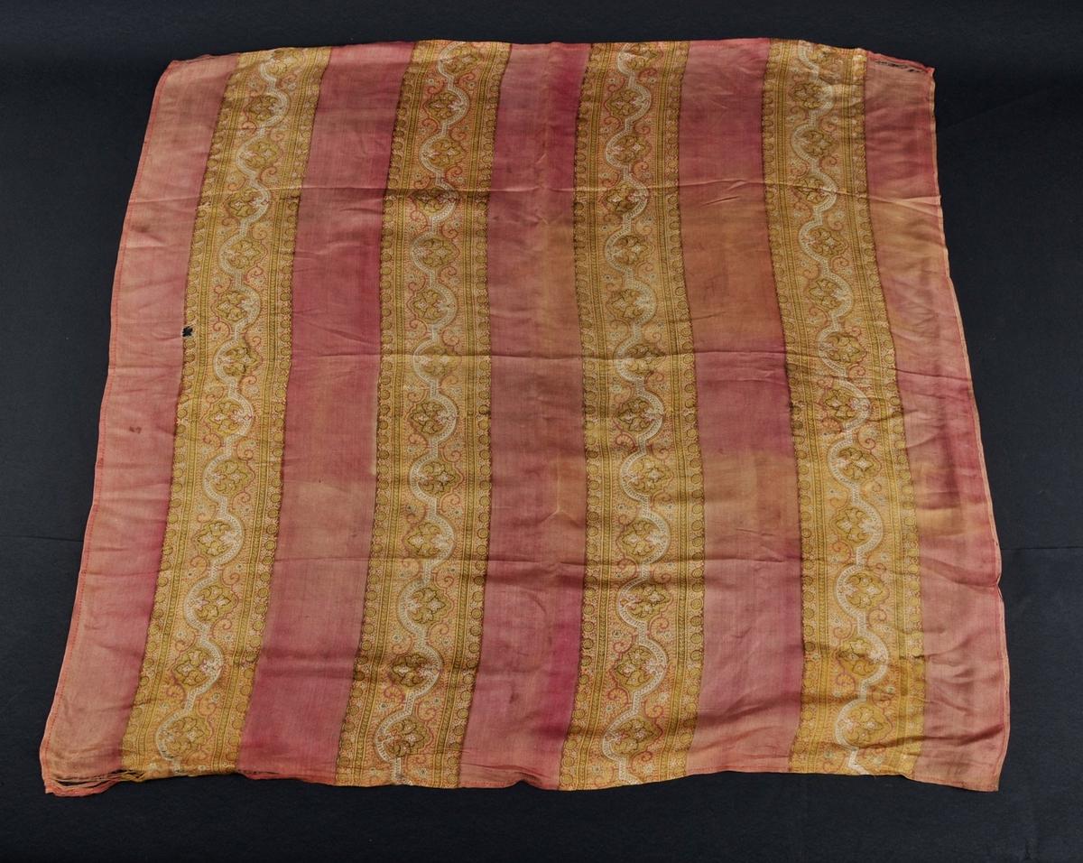 Raudt/rosa silketørkle med fire breie bordar med trykt mønster i gult og grønt. Falda for hand i tre sider.
