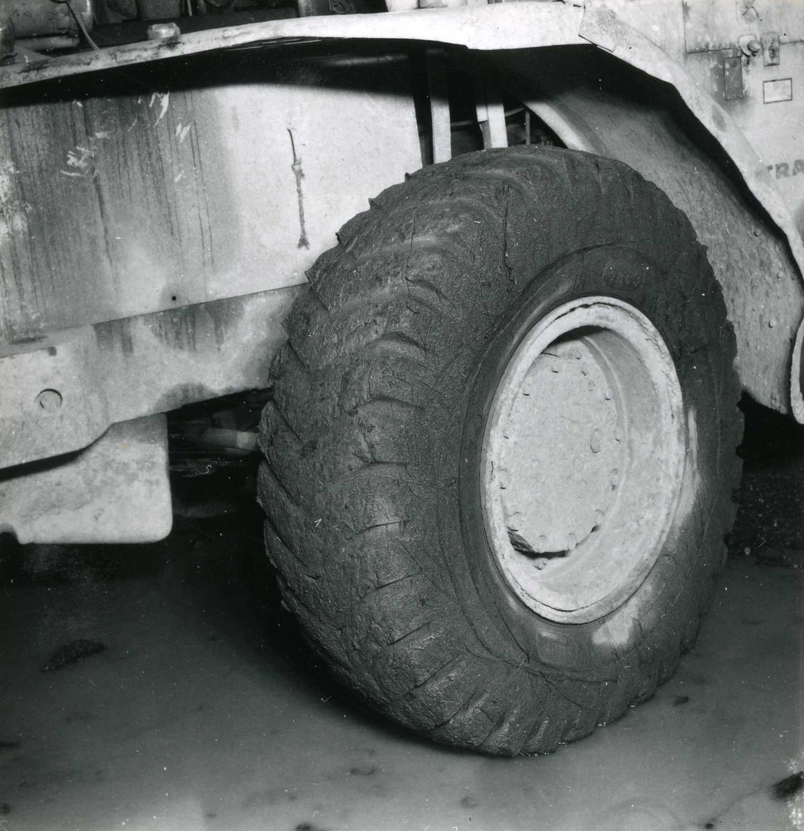 Tilløpstunnel frå Vesås. Nærbilete av anleggsmaskinhjul