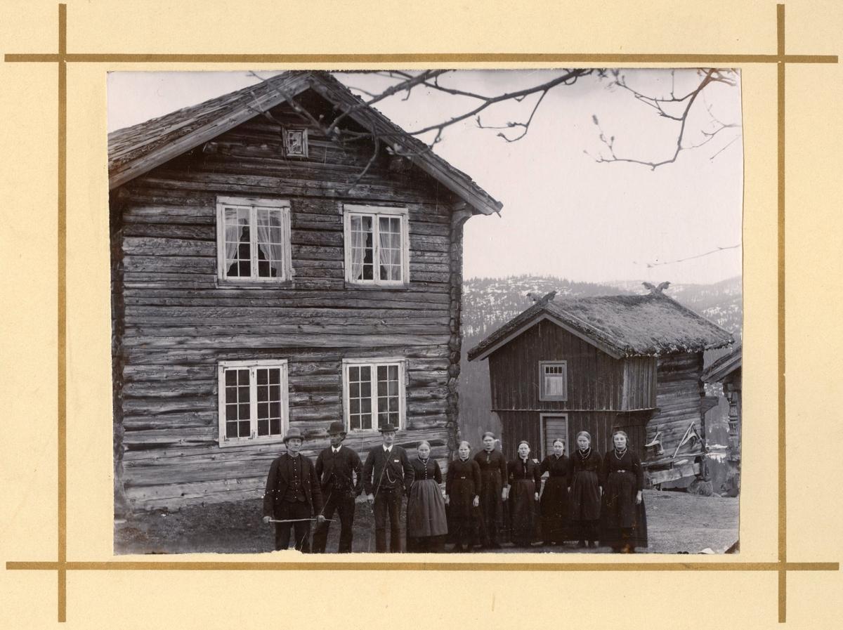 Familiebilete ute i tunet Nystog i Mannås Talleiv O.Nystog