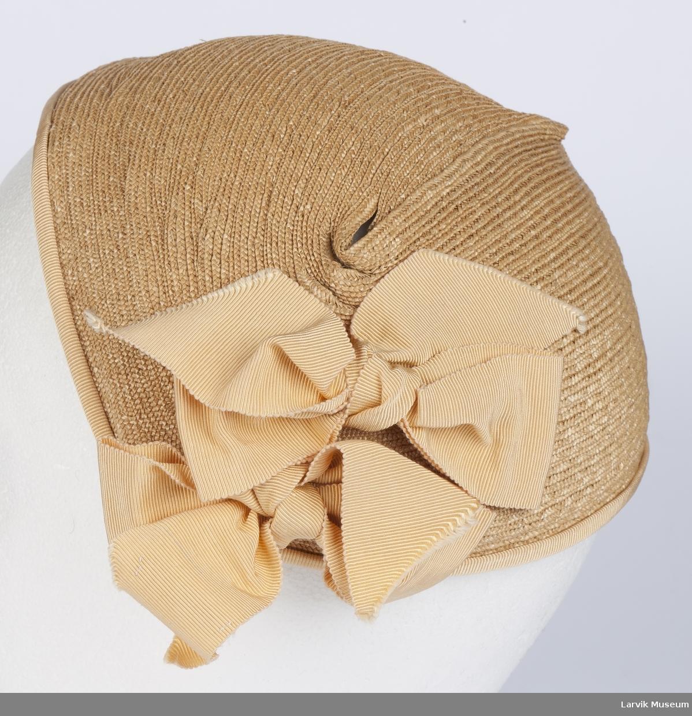 Form: Liten hatt som  har en båt form. To sløyfer på den ene siden.