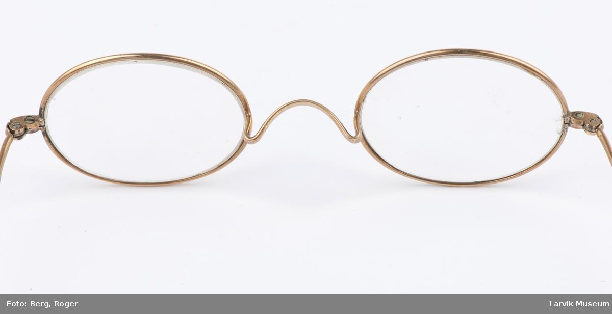 Form: Sirkelformede glass, to smale stenger, enkle, en bue mellom de to glassene.
