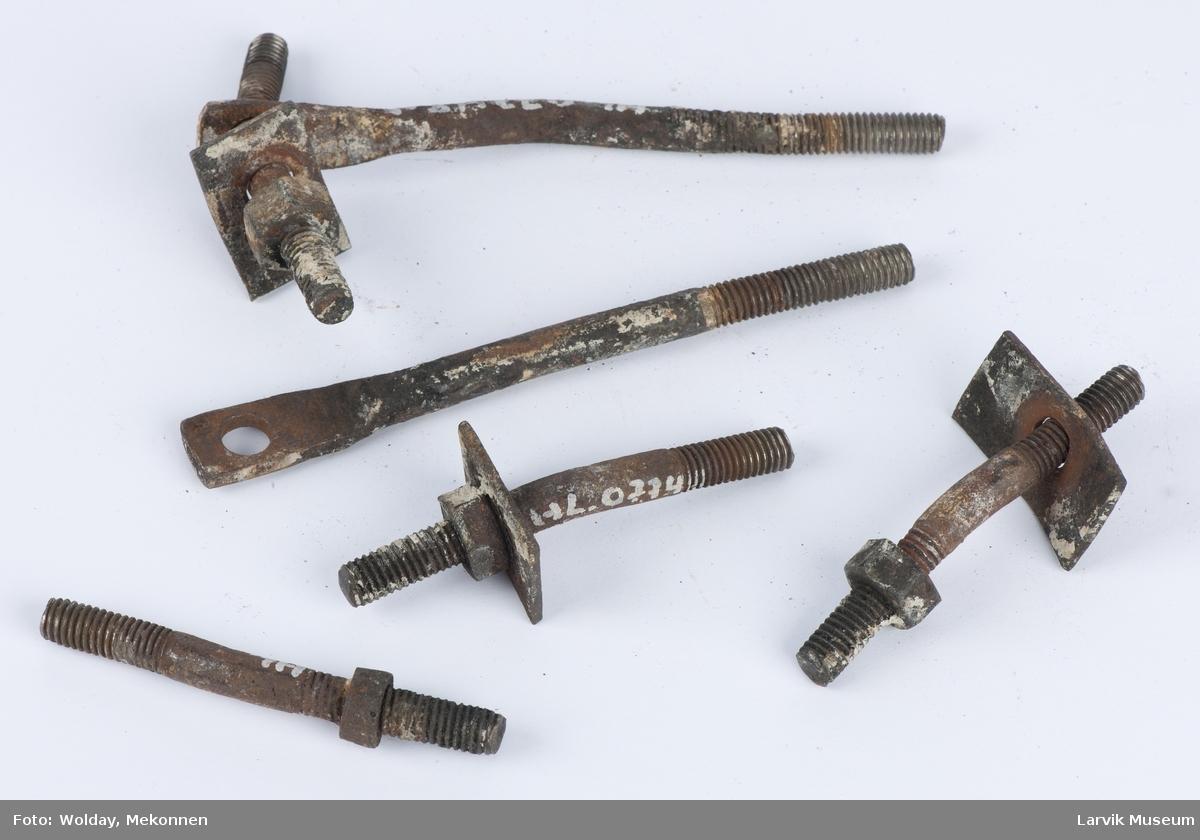 4 skruer tilhørende jernplatene.