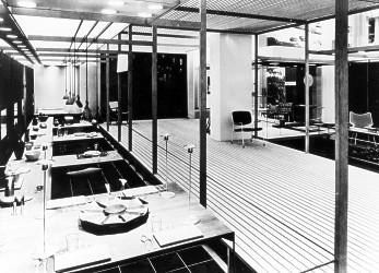 Produkter og mennesker ved Porsgrunds Porselænsfabrik. Tekster vedlagt bildene