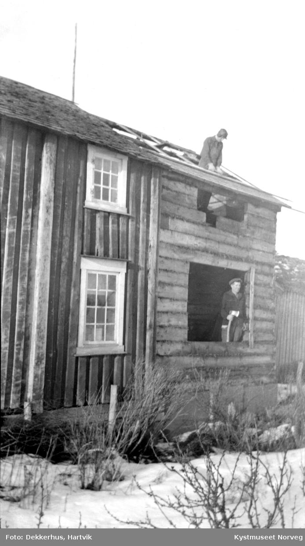 Otto Dekkerhus? på taket av Våningshuset og nederst Hartvik Dekkerhus? på Dekkerhus.