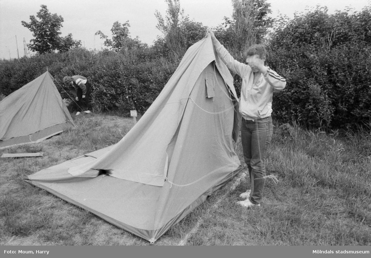 """Åby camping i Mölndal tar emot sina första campare, år 1984. """"Fyra norrmän blev de första att slå upp tältpinnarna vid Åby nya camping. Vad passar bättre än att en norrman fotograferade?""""  För mer information om bilden se under tilläggsinformation."""