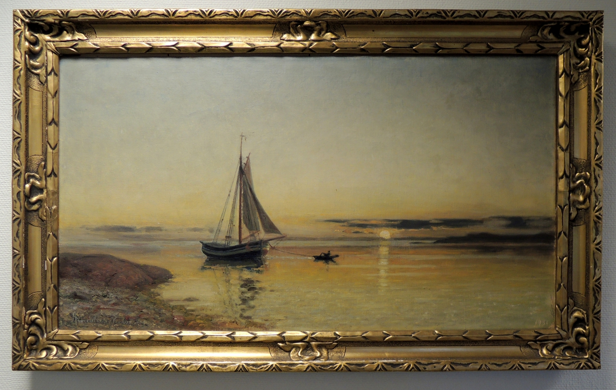 Skjærgård, robåt og seilskute i solnedgang.