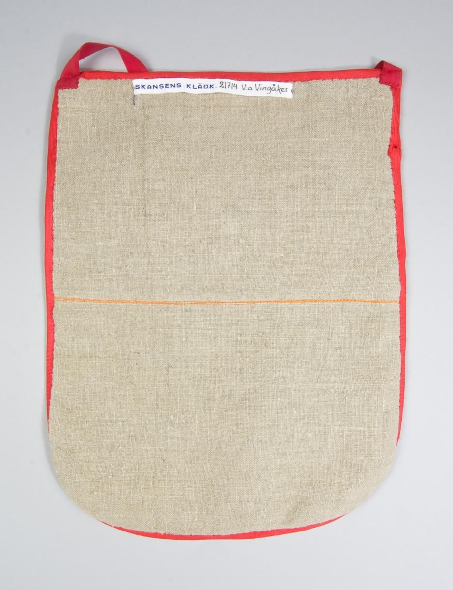 Kjolsäck till dräkt för kvinna från Västra Vingåkers socken, Södermanland. Modell med u-formad öppning. Tillverkad av orange jacquardmönstrat  tyg av ull. I mitten lodrätt ett mönstervävt band, troligen klippt från ett mönstervävt tyg, blommönster i flera färger på vit botten. Öppningen kantad med rött diagonalvävt konstsidenband, samma band runtom. Strax under öppningen ett knapphål sytt med brun tråd. Knappen platt med hals, med marmorerat mönster i bruna toner. Framstycket fodrat med samma tyg som bakstycket. Bakstycke tillverkat av fabriksvävt linnetyg i tuskaft. Midjeband röda, av bomull.