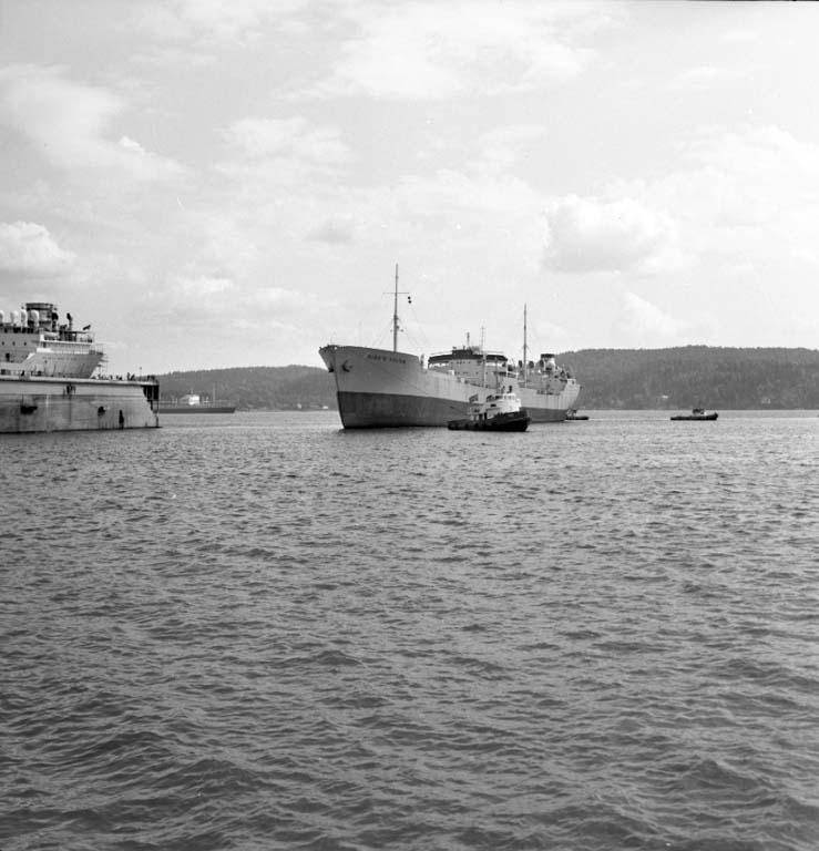 """Enligt notering: """"Båt vid Varvets Flytdocka Juni -60""""."""