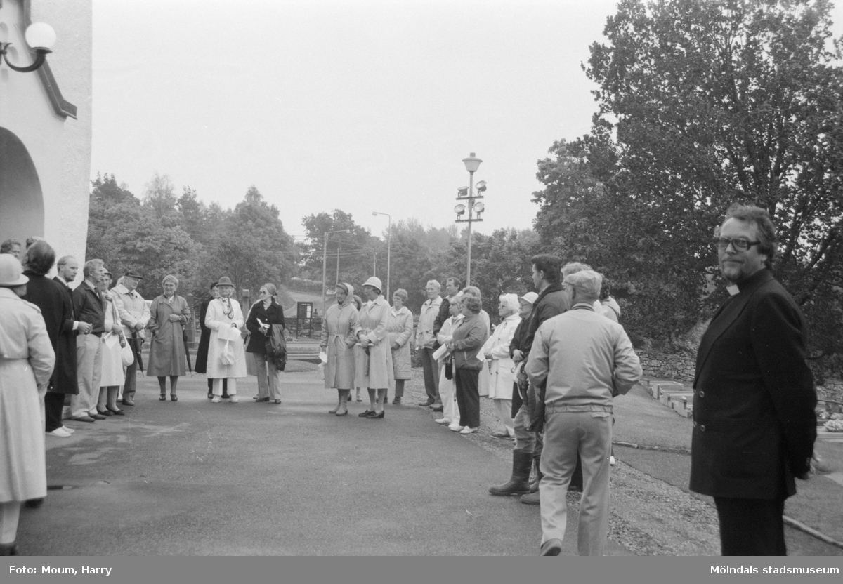 Kyrkogårdsvandring vid Lindome kyrka i Lindome, år 1984.  För mer information om bilden se under tilläggsinformation.